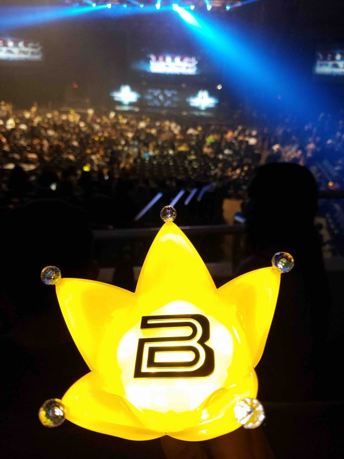 Fans+using+the+Big+Bang+Official+Light+Stick+during+the+Honolulu+concert+over+the+weekend.