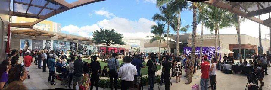 Shoppers+watching+a+center+stage+performance+during+the+grand+opening+of+Ka+Makana+Alii+shopping+mall+in+Kapolei.