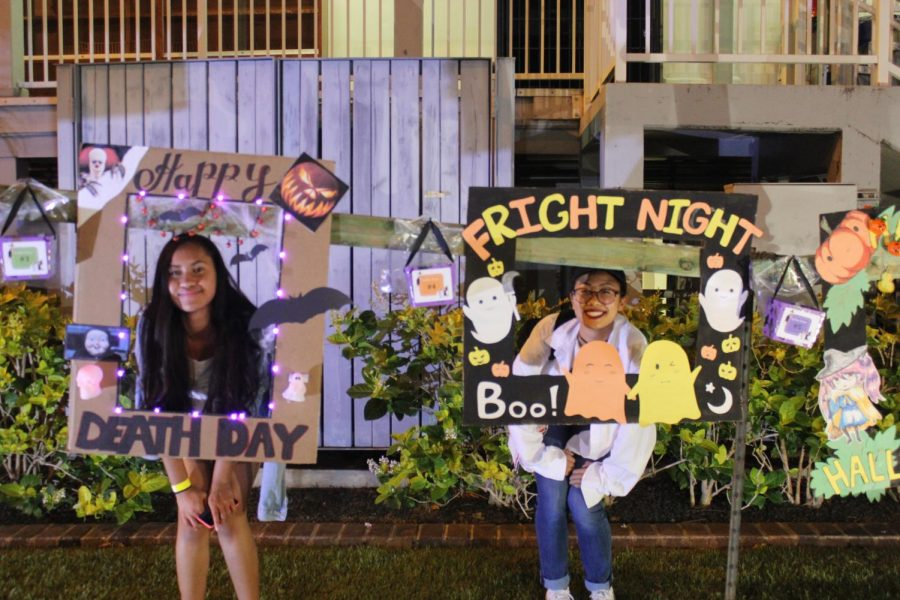 Picture+Frame%3A+Juniors+Martha+Nicholas+and+Jasmine+Matsumoto+pose+in+the+Fright+Night+picture+frames.+Photos+by+Grace+Kim.%0A