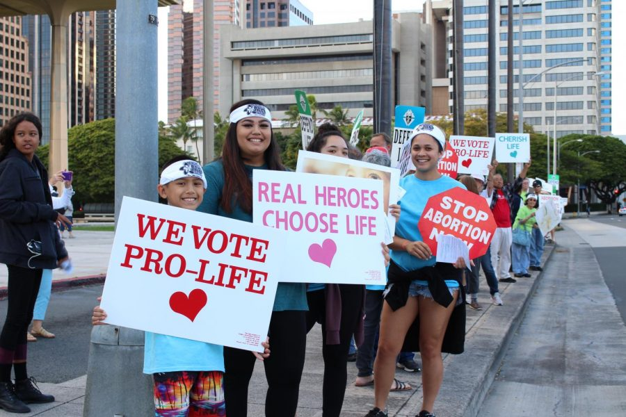 Advocates+for+pro-life+waving+signs+at+the+Hawaii+State+Capitol.+Photo+by+Grace+Kim.+%0A