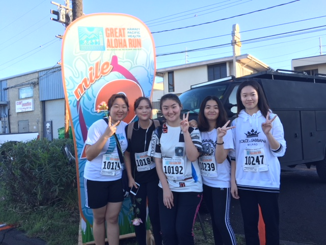 Juniors+Seungmin+Ha+and+Dahee+Jung+with+seniors+Zhengrui+Liu%2C+Hok+Hei+Wong+and+Shuning+Zheng+posing+with+the+2-mile+marker.+Photo+courtesy+of+Cleo+Eubanks.